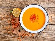 Рецепта Турска крем супа с червена леща, картофи, лук, доматено пюре и подправки – мента, джоджен и червен пипер